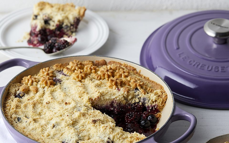 le creuset blackberry blueberry crumble pie